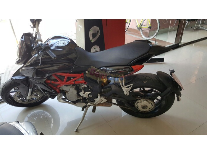 Its like new sports bike just  runing 2600 kms n wanna sell hurry up